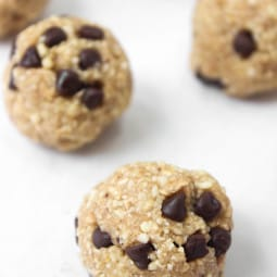 Raw vegan cookie dough bites that taste JUST like oatmeal chocolate chip cookie dough and take 5 minutes to whip up? Yes, PLEASE!